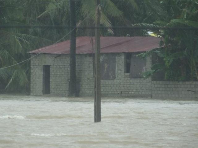 Những tuyến đường biến thành sông sau bão