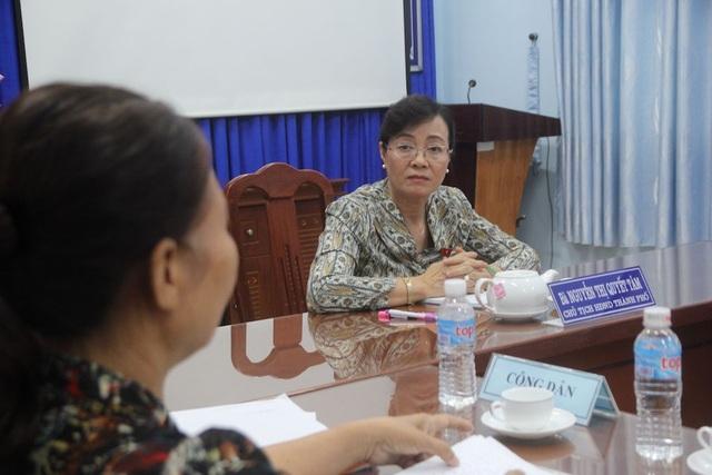 Bà Nguyễn Thị Quyết Tâm lắng nghe ý kiến của người dân Thủ Thiêm