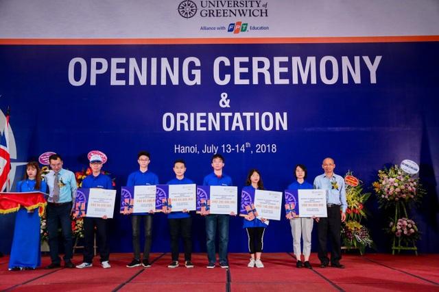 Công Bảo Ngọc (thứ 3 bên phải) cùng các cá nhân xuất sắc được Đại học Greenwich (Việt Nam) trao học bổng.