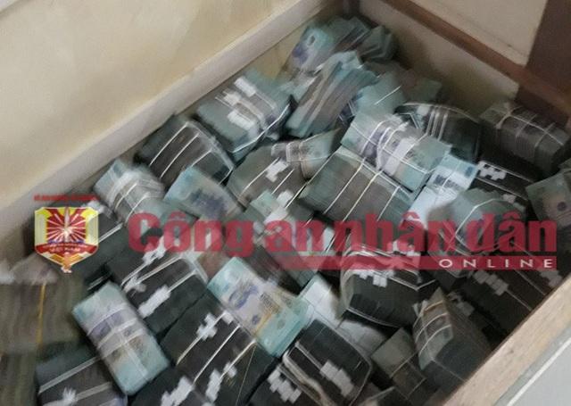 Tiền mệnh giá 500.000 đồng trong một thùng gỗ đối tượng cất giấu.