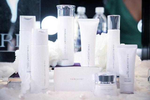 Dòng sản phẩm Fairlucent và Jupier của Menard trên bàn trang điểm của hậu trường Fashion Voyage