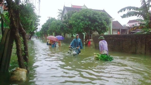 Nước ngập mênh mông khiến cuộc sống người dân đảo lộn.
