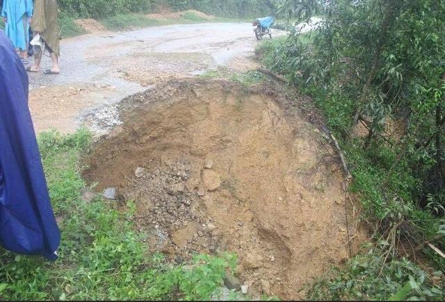Các tuyến đường từ các xã Châu Thành, Châu Hồng,... ra thị trấn Quỳ Hợp bị hư hỏng nặng.