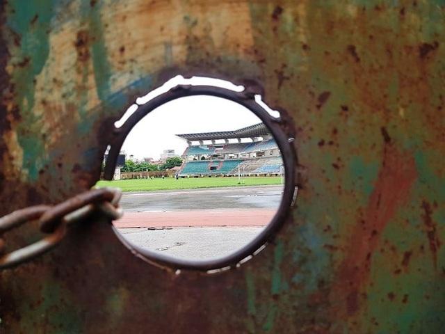 SVĐ Ninh Bình nhìn từ ngoài đường vào qua ô cửa cổng.