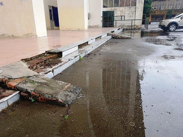 Nhiều hạng mục trong sân bị xuống cấp vẫn chưa có nguồn kinh phí để sửa chữa.