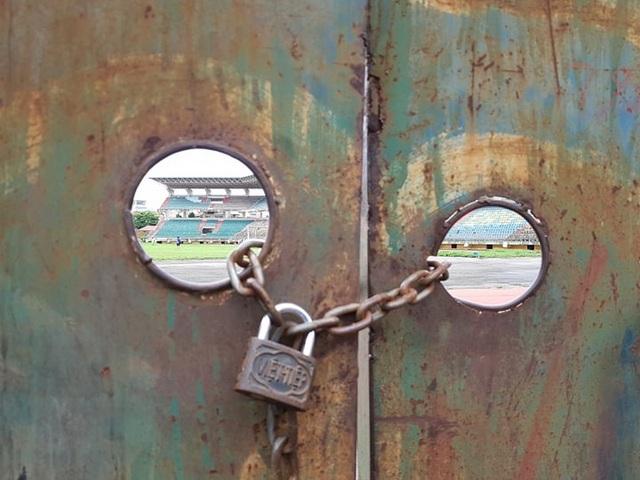 Sau nhiều năm bỏ hoang, đến nay SVĐ Ninh Bình vẫn trong tình trạng cửa đóng then cài.