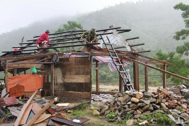 Nhà cửa tan hoang sau khi lũ đi qua.