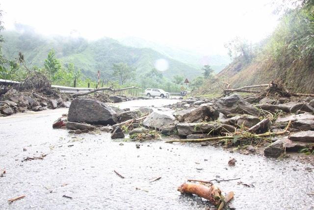 Cung đường vào Mường Phú bị đất đá sạt lở chắn ngang.