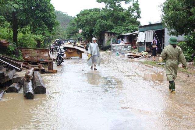 18 hộ dân ở Mường Phú chịu thiệt hại nặng nề phải chuyển đồ ra đường tránh lũ.