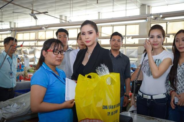 Hoa hậu Vũ Thanh Thảo cùng các nghệ sĩ trao hơn 200 triệu đồng đến tay công nhân nghèo