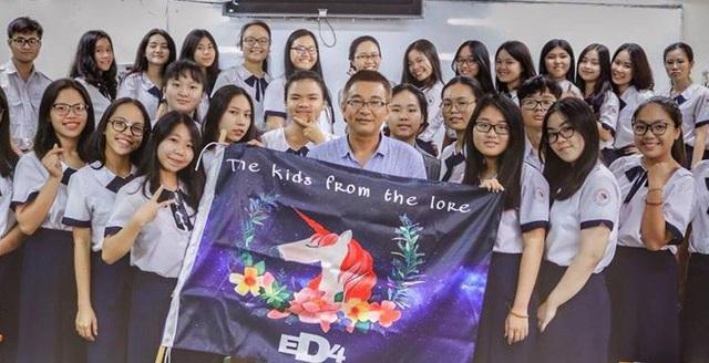 Thầy Nguyễn Viết Đăng Du và học trò