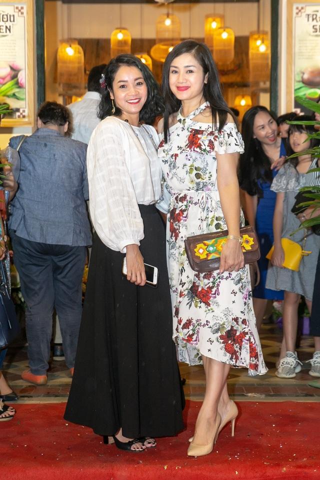 Thu Hà rất thân thiết với nhạc sỹ Quốc Bình (thành viên ban nhạc Anh Em) và Xuân Nhị (cựu thành viên nhóm Con gái).