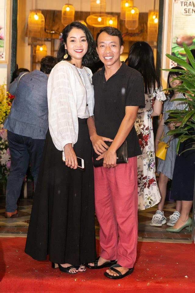 Các nghệ sĩ đến chúc mừng vợ chồng Quốc Bình - Xuân Nhị.