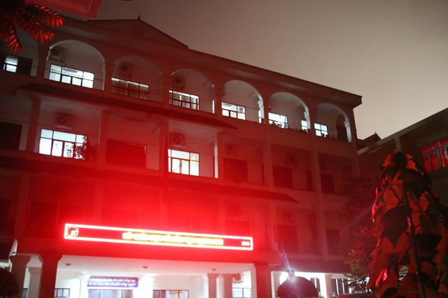 Tầng 4 - nơi tổ công tác làm việc vẫn sáng đèn.