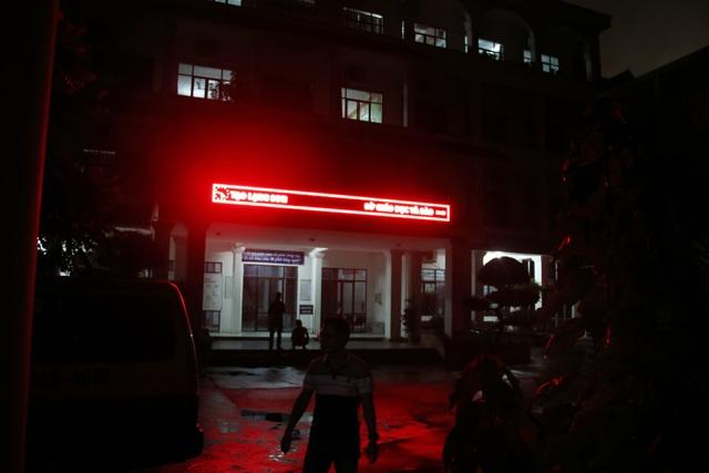 Tới thời điểm hiện tại (21h20), tổ công tác xác minh điểm thi tại Lạng Sơn của Bộ GD&ĐT đã làm việc liên tục gần 12 tiếng và vẫn chưa kết thúc.