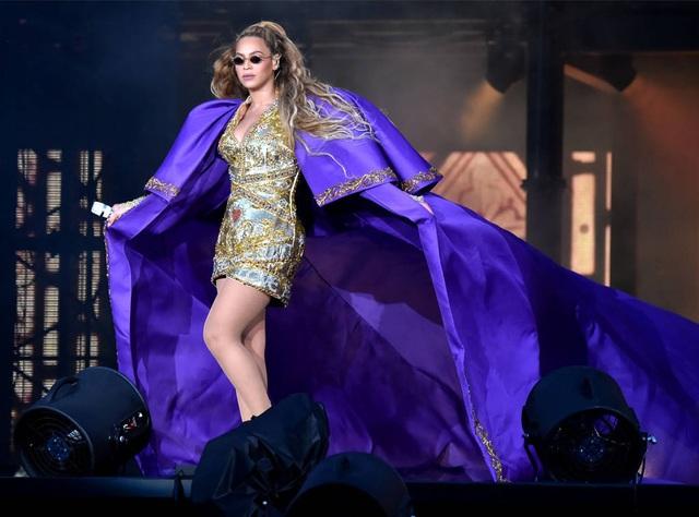 Sự cố kỹ thuật của hệ thống máy nâng đã khiến Beyonce không thể bước xuống sàn sân khấu dễ dàng như dự định. Chiếc máy bất ngờ dừng lại khi đang hạ độ cao, khiến Beyonce chỉ còn cách trèo thang đáp xuống sân khấu.