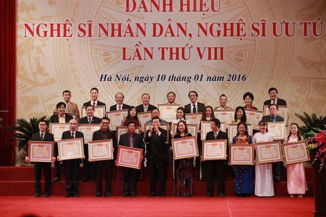 Các Nghệ sĩ Ưu tú nhận danh hiệu Nghệ sĩ Nhân dân năm 2016 tại Nhà hát Lớn Hà Nội.