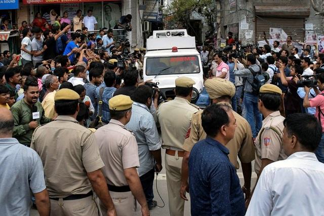 Rất đông phóng viên, người dân tập trung bên ngoài hiện trường. (Ảnh: India Express)