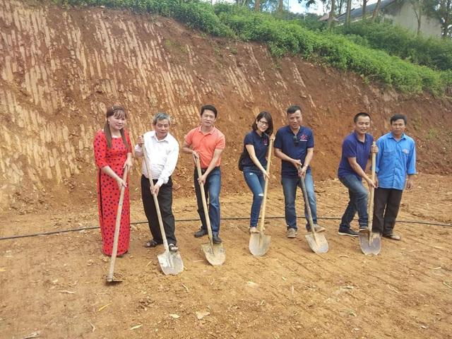 Đại diện báo Dân trí, Hội cha mẹ Nhân ái, đại diện lãnh đạo chính quyền địa phương và lãnh đạo Trường tiểu học Chiềng Kheo xúc đất khởi công xây dựng công trình phòng học Dân trí thứ 20 tại điểm trường bản Buốt