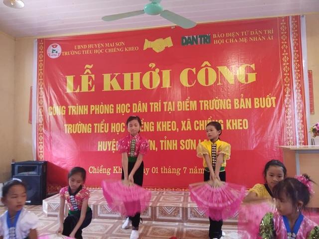 Các em học sinh điểm trường bản Buốt biểu diễn văn nghệ nhân dịp lễ khởi công công trình phòng học Dân trí