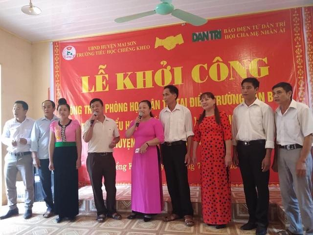 Tiết mục văn nghệ của thầy cô giáo Trường tiểu học Chiềng Kheo tại lễ khởi công xây dựng công trình phòng học Dân trí thứ 20 tại điểm trường bản Buốt