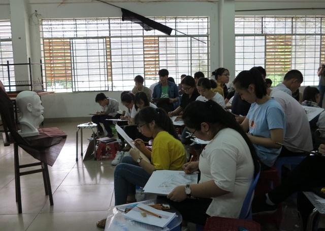 Các thí sinh dựa vào mẫu tượng để hoàn thành bài thi của mình