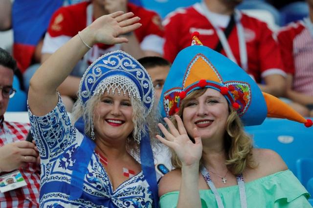 Những nữ cổ động viên của Đan Mạch với trang phục truyền thống của nước chủ nhà Nga