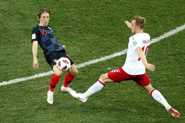 Modric tranh bóng với Eriksen, một người là trái tim của Tottenham trong quá khứ, một người là trái tim trong đội hình hiện tại của Tottenham