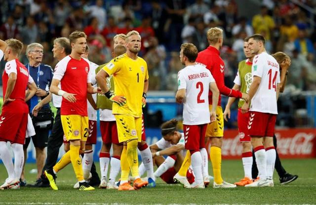 Các cầu thủ Đan Mạch chờ đợi đá luân lưu