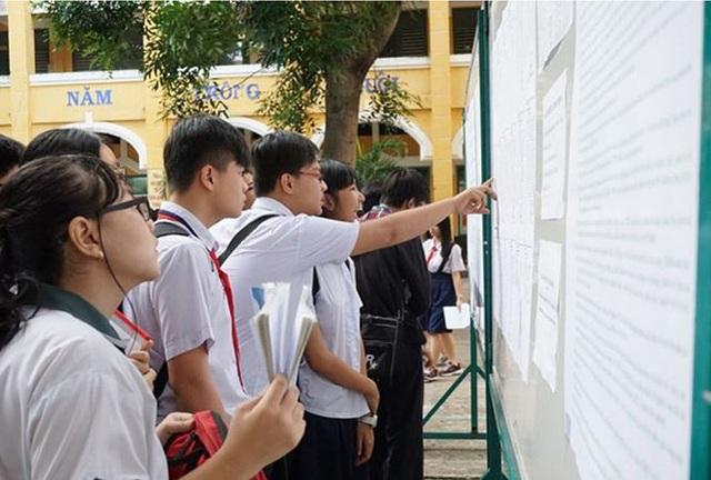 Học sinh xem kết quả điểm thi lớp 10 . Ảnh: Hồng Vĩnh.