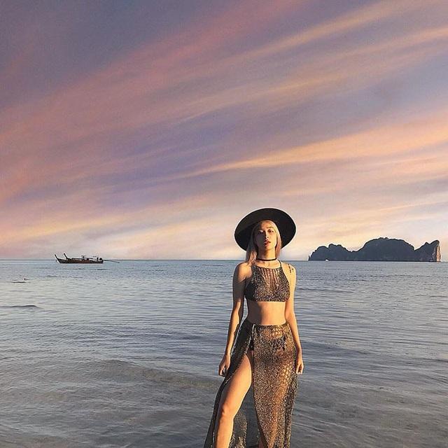 25 tuổi Nguyễn Thị Hoài Thương đã sở hữu cho mình khối tài sản đáng mơ ước. Cô gái xinh đẹp này cũng thường xuyên tự thưởng cho mình những chuyến du lịch thoải mái, giải tỏa những căng thẳng để tiếp tục nuôi dưỡng và thực hiện đam mê của bản thân.
