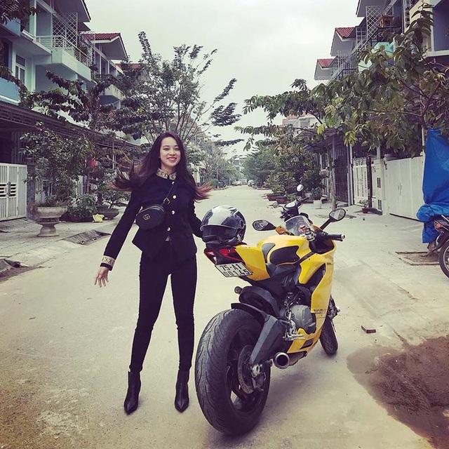 Nguyễn Thị Hoài Thương gây sự chú ý từ cộng đồng mạng khi lái xe phân khối lớn trị giá nửa tỷ dạo phố, từ đó cuộc sống của cô gái xinh đẹp xứ Huế này được nhiều người quan tâm.