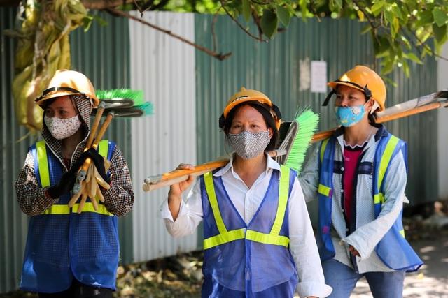 Nhóm công nhân đi làm về giữa trưa.