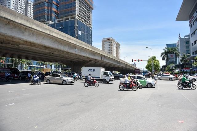 Hà Nội đang trải qua đợt nắng nóng đỉnh điểm kể từ đầu mùa hè năm nay. Nhiệt độ ngoài trời lên đến hơn 40 độ C, khí nóng bốc lên hầm hập trên đường phố.