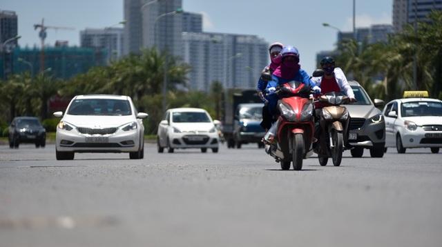 Theo Trung tâm Dự báo khí tượng thủy văn Quốc gia, ở khu vực Hà Nội, nắng nóng gay gắt sẽ tiếp tục diễn ra trên diện rộng với nhiệt độ cao nhất phổ biến 37 - 39 độ C, có nơi trên 39 độ C, thời gian có nhiệt độ trên 35 độ từ 11 - 16h. Tuy nhiên, nhiệt độ thực tế trên đường phố thường cao hơn nhiều.
