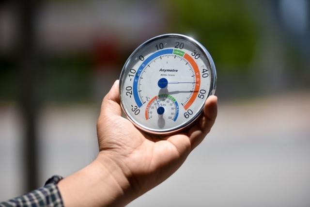 Lúc 12h trưa tại đường Phạm Hùng, đo bằng nhiệt kế cho thấy nhiệt độ tại đây lên tới 45 độ C.