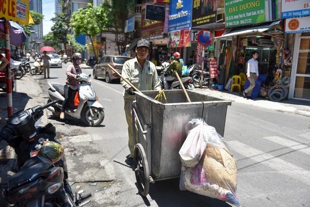 Công nhân dọn rác vẫn phải làm việc bất kể thời tiết.