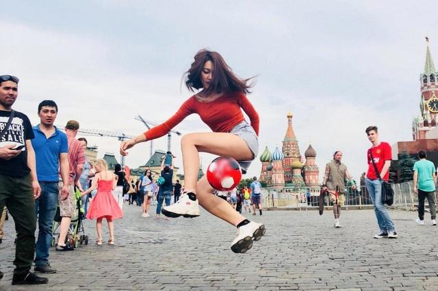 Thật sự World Cup là mơ ước từ bé của Nữ, nhưng việc có mặt trực tiếp ở khán đài, trước đây Nữ có nằm mơ cũng không nghĩ đến. Nữ đam mê thể thao từ bé và dành tình cảm đặc biệt với môn thể thao vua, Ngọc Nữ kể và chia sẻ hình ảnh về cú tâng bóng ấn tượng tại Nga.