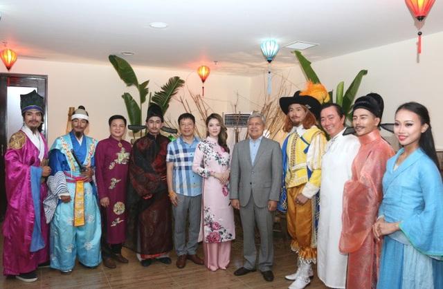 Các Đại sứ và khách mời danh dự chụp ảnh cùng dàn diễn viên chính của chương trình