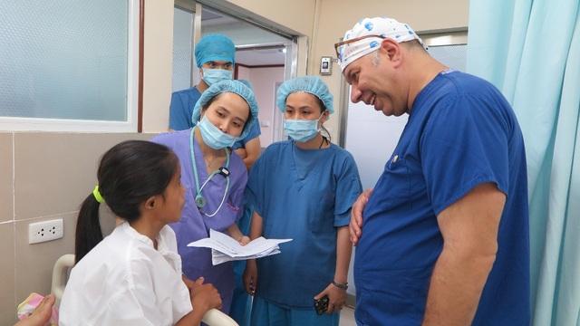 Các bác sĩ đang kiểm tra sức khỏe cho Phú sau ca phẫu thuật