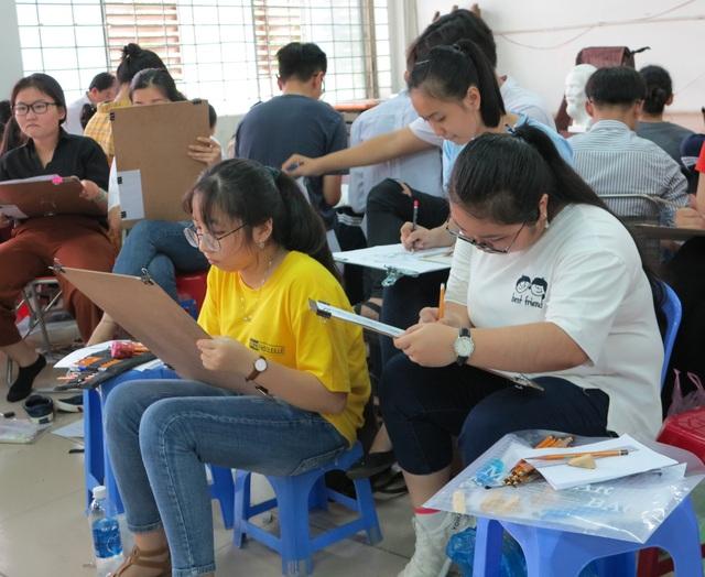 Thí sinh thi môn năng khiếu vẽ để xét tuyển vào trường ĐH Kiến trúc TPHCM.