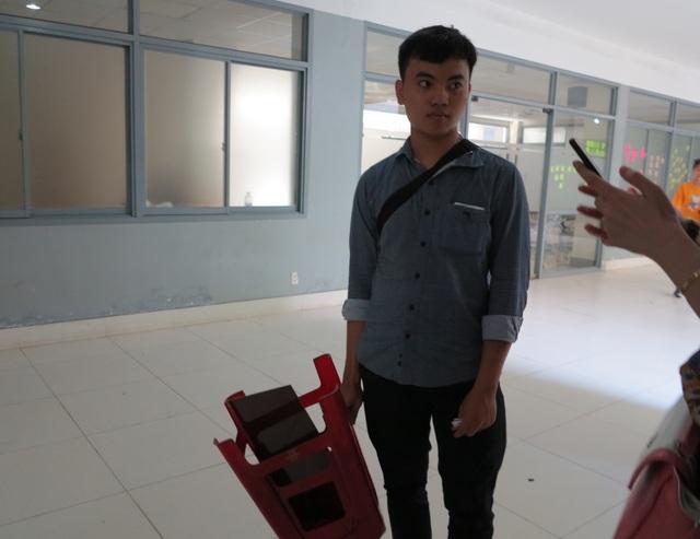thí sinh Võ Văn Hiếu (Quảng Nam) cũng hoàn thành sớm bài thi và tạm ưng ý với phần thi vẽ của mình.