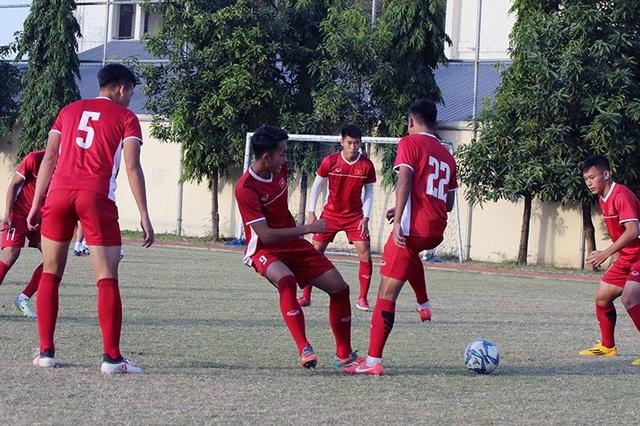 Các tuyển thủ U19 Việt Nam tập luyện đầy nghiêm túc