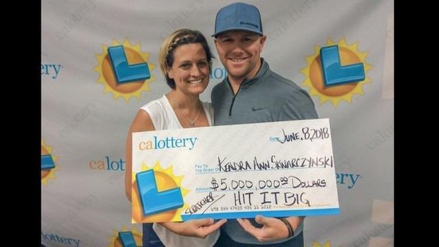 Vợ chồng ông Craig Skwarczynski nhận giải độc đắc trị giá gần 114 tỷ đồng. (Nguồn: Courtesy of California Lottery)