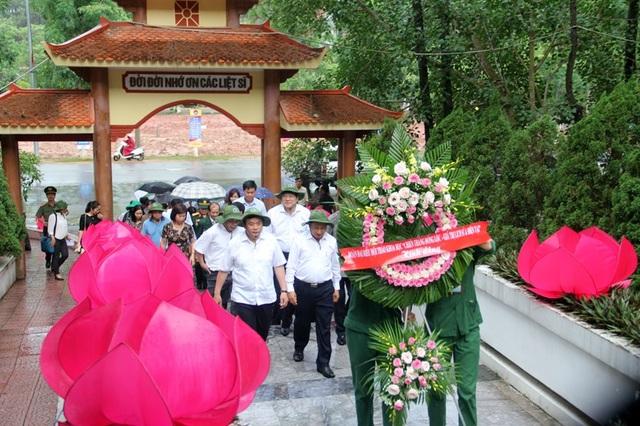 Đoàn dâng vòng hoa tại Nhà bia tưởng niệm các liệt sĩ thanh niên xung phong toàn quốc.