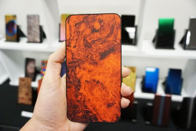 Sẽ có những chiếc smartphone lưng kính đổi màu độc đáo - 2