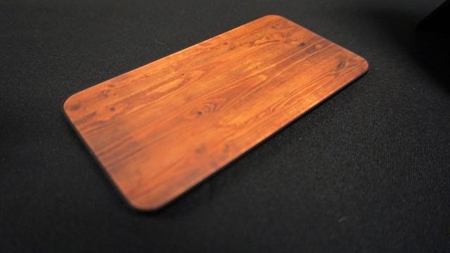 Mặt lưng có hiệu ứng vân gỗ trông như sử dụng một chất liệu khác, nhưng kỳ thực chỉ là bằng kính.