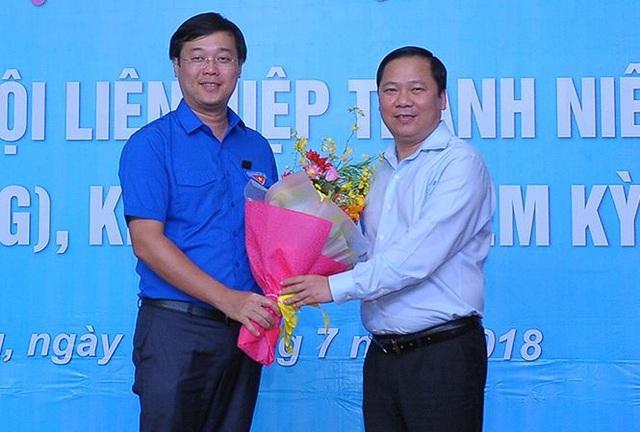 Nguyên Chủ tịch Hội LHTN Việt Nam, Phó Chủ tịch UBND tỉnh Bình Định Nguyễn Phi Long (người ở bên phải ảnh) tặng hoa chúc mừng anh Lê Quốc Phong (bên trái ảnh) vừa được Hội nghị hiệp thương bầu giữ chức danh Chủ tịch Hội LHTN Việt Nam khóa VII, nhiệm kỳ 2014 - 2019.
