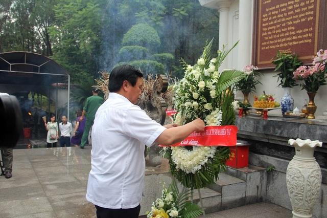 Đoàn dâng hoa 10 nữ anh hùng liệt sĩ TNXP