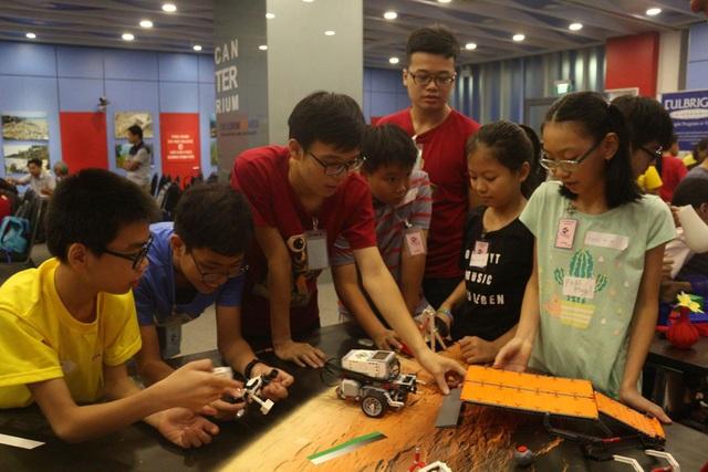 Các em nhỏ được hướng dẫn lập trình, lắp ráp robot thông qua bộ đồ chơi Lego Mindstorm EV3.